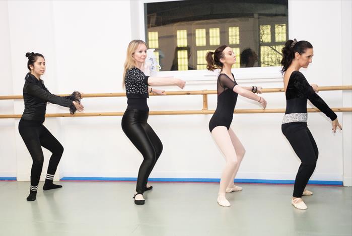 mulheres praticando ballet fitness