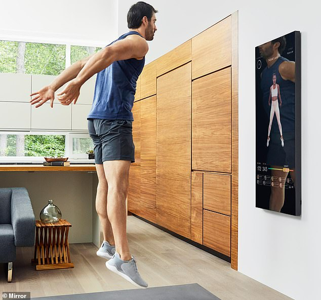rapaz faz exercicio em casa com Mirror