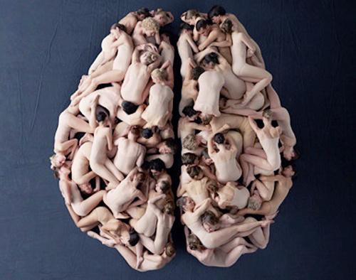 corpos de bailarinos formando um cérebro